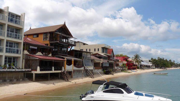 Отели в восточной части стоят у самой воды
