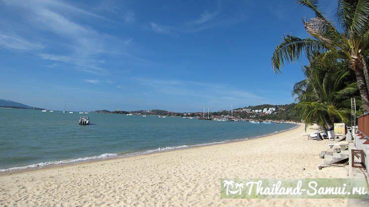 Фотография белого песка на берегу западной части пляжа Банграк