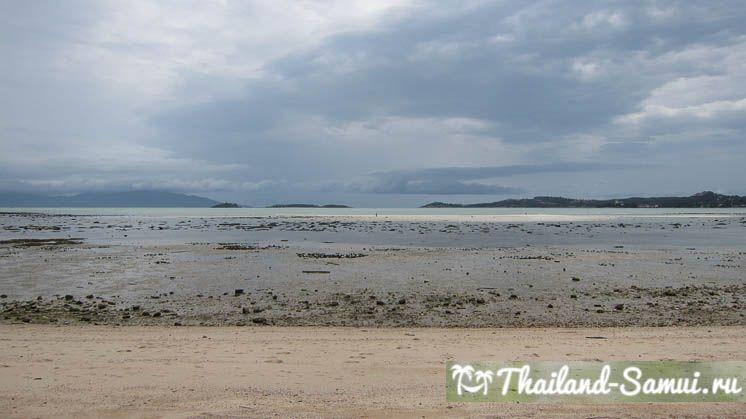 Фотография с края пляжа Банграк в отлив