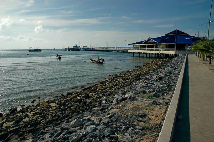 Набережная вдоль побережья Натона
